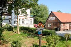 Fotos aus dem Hamburger Stadtteil   Allermöhe, Bezirk Hamburg Bergedorf. Gebäude am Pastoratsweg - Schild Achtung Kinder.