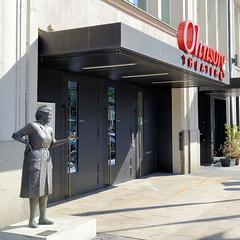 Fotos aus dem Hamburger Stadtteil  St. Georg, Bezirk Hamburg Mitte; Eingang Ohnsorg Theater, Skulptur Heidi Kabel.