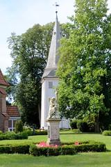 Neuengamme  ist ein Hamburger Stadtteil im Elbmarsch-Gebiet der Vierlande im Bezirk Bergedorf. Trauernder Grabengel auf dem Neuengammer Friedhof, Kirchturm der St. Johanniskirche.