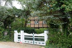 Curslack ist ein Stadtteil  im Bezirk Hamburg Bergedorf. Curslack ist einer der vier Stadtteile, die zusammen die Hamburger Vierlande bilden. Denkmalgeschütze Hofanlage - Schmucktor mit gefassten Schnitzereien am Curslacker Deich.