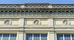 Bilder aus dem Hamburger Stadtteil St. Georg, Bezirk Mitte. Schmuckreliefs an der Fassade vom Museum für Kunst und Gewerbe - Portraits von Busch, Bugenhagen und Sonnin.