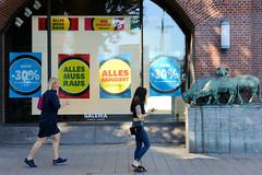 Fotos aus der Hamburger Innenstadt, City; Stadtteil Altstadt - Bezirk Mitte. Die Galeria Kaufhof Filiale an der Hamburger Mönckebergstraße wird 2020 geschlossen - der Räumungsverkauf hat begonnen. Rechts die unter Denkmalschutz stehenden Tierskulptur
