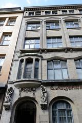 Fotos aus dem Hamburger Stadtteil Neustadt, Bezirk Hamburg Mitte. Eingangsdekor - Geschäftshaus / Kontorhaus in der Admiralitätsstraße; errichtet 1912 - Architekt Gustav Kraus - das Gebäude steht unter Denkmalschutz.