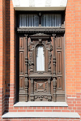 Fotos aus dem Hamburger Stadtteil Ochensenwerder, Bezirk Bergedorf. Eingangstür im Ochsenwerder Kirchendeich - aufwändige Schnitzereien, Säulen.
