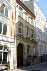 Bilder aus dem Hamburger Stadtteil St. Georg, Bezirk Mitte; denkmalgeschütztes Etagenhaus in der Rautenbergstraße - errichtet um 1885.