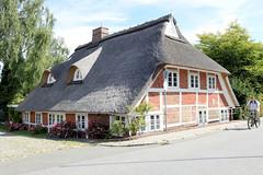 Neuengamme  ist ein Hamburger Stadtteil im Elbmarsch-Gebiet der Vierlande im Bezirk Bergedorf. Reetgedeckte Kate am Neuengammer Hausdeich - errichtet im 17. Jh.