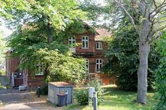 Fotos aus dem Hamburger Stadtteil Allermöhe, Bezirk Hamburg Bergedorf.  Historisches Schulgebäude am Allermöher Deich, errichtet 1902.