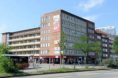 Bilder aus dem Hamburger Stadtteil St. Georg, Bezirk Mitte; Bürogebäude mit Wohnungen / Laubengänge an der Kurt-Schumacher-Allee.