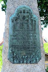 Fotos aus dem Hamburger Stadtteil Ochensenwerder, Bezirk Bergedorf. Gedenkstein zum Anschluss an Hamburg; das Denkmal wurde 1898 aufgestellt.