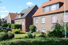 Fotos aus dem Hamburger Stadtteil Ochensenwerder, Bezirk Bergedorf. Wohnhäuser, Bachsteinarchitektur vor Vorgarten im Elversweg.