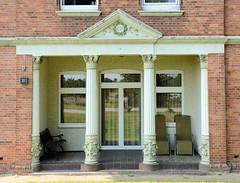 Fotos aus dem Hamburger Stadtteil Reitbrook, Bezirk Bergedorf. Eingang mit geschmückten Säulen - Kranz mit Monogramm; denkmalgeschütztes Wohnwirtschaftsgebäude - errichtet um 1905.