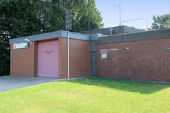 Fotos aus dem Hamburger Stadtteil Reitbrook, Bezirk Bergedorf. Flachdachgebäude der Freiwilligen Feuerwehr Reitbrooks.