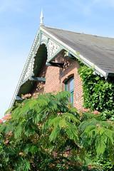 Neuengamme  ist ein Hamburger Stadtteil im Elbmarsch-Gebiet der Vierlande im Bezirk Bergedorf. Geschnitzter Hausgiebel, Ziergiebel - Wohnhaus im Neuengammer Hausdeich.
