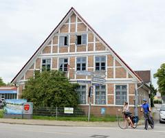 Curslack ist ein Stadtteil  im Bezirk Hamburg Bergedorf. Curslack ist einer der vier Stadtteile, die zusammen die Hamburger Vierlande bilden. Fachwerkgebäude / Wohnhaus am Curslacker Heerweg / Deich.