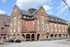 Fotos aus dem Hamburger Stadtteil Neustadt, Bezirk Hamburg Mitte. Feuerwache Innenstadt an der Admiralitätsstraße - das Feuerwehrgebäude wurde 1909 errichtet - Architekt Albert Erbe; das Gebäude steht unter Denkmalschutz.