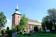 Fotos aus dem Hamburger Stadtteil Ochensenwerder, Bezirk Bergedorf. Blick über den Friedhof von Hamburg Ochsenwerder zur Kirche St. Pankratius. Das Schiff der Kirche wurde 1673 bis 1674 errichtet, der Kirchturm 1740.