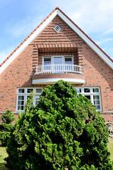 Neuengamme  ist ein Hamburger Stadtteil im Elbmarsch-Gebiet der Vierlande im Bezirk Bergedorf. Klinker-Wohnhaus mit halbrundem Balkon in der Straße Achter de Wisch.