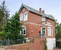 Curslack ist ein Stadtteil  im Bezirk Hamburg Bergedorf. Curslack ist einer der vier Stadtteile, die zusammen die Hamburger Vierlande bilden. . Wohnhaus mit ausgeprägtem Unterbau / Keller, um den Hauseingang Eingang auf Deichhöhe zu bringen. Gründerz