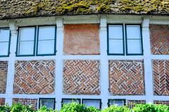 Neuengamme  ist ein Hamburger Stadtteil im Elbmarsch-Gebiet der Vierlande im Bezirk Bergedorf. Fachwerkgebäude mit Ziermauerwerk und bemoostem Reetdach.
