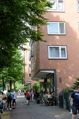 Fotos aus dem Hamburger Stadtteil Neustadt, Bezirk Hamburg Mitte. Siedlungsbau in der Böhmkenstraße, Architektur der 1960er Jahre; Geschäfte am Venusberg - Architekt Hermann Schöne. Die Gebäude der Nachkriegszeit stehen unter Denkmalschutz.
