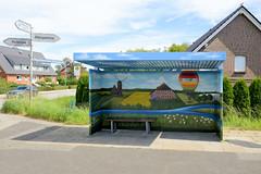 Neuengamme  ist ein Hamburger Stadtteil im Elbmarsch-Gebiet der Vierlande im Bezirk Bergedorf. Mit Landschaftsmalerei verzierte Bushaltestelle am Neuengammer Hausdeich - Hinweisschilder.