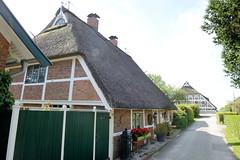 Neuengamme  ist ein Hamburger Stadtteil im Elbmarsch-Gebiet der Vierlande im Bezirk Bergedorf. Wohnhaus mit Reetdach am Grote Stegel - das 1753 errichtete Gebäude steht unter Denkmalschutz.