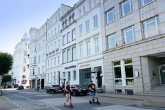 Bilder aus dem Hamburger Stadtteil St. Georg, Bezirk Mitte. Historische Etagenhäuser An der Alster - im Hintergrund das Atlantic Hotel.