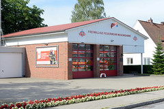 Neuengamme  ist ein Hamburger Stadtteil im Elbmarsch-Gebiet der Vierlande im Bezirk Bergedorf. Gebäude der Freiwilligen Feuerwehr, rotweisse Begonien am Straßenrand.