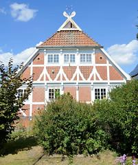 Fotos aus dem Hamburger Stadtteil Ochensenwerder, Bezirk Bergedorf. Historisches Fachwerkhaus, Wohnhaus am Elversweg - das Gebäude wurde 1910 errichtet und steht unter Denkmalschutz.