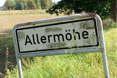 Fotos aus dem Hamburger Stadtteil Allermöhe, Bezirk Hamburg Bergedorf. Stadtteilschild, Stadtteilgrenze - weißes Schild mit schwarzer Schrift.