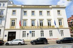 Fotos aus den Hamburger Stadtteilen und Bezirken - Bilder aus Hamburg  Neustadt, Bezirk Hamburg Mitte. Wohn- und Geschäftshaus, Amsinck-Palais am Neuen Jungfernstieg; das Gebäude wurde 1833 fertiggestellt, Architekt Franz Gustav Forsmann.