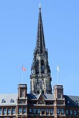 Fotos aus der Hamburger Innenstadt, City; Stadtteil Altstadt - Bezirk Mitte. Kirchturm der St. Nikolaikirche hinter dem Laeszhof.