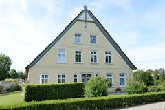 Neuengamme  ist ein Hamburger Stadtteil im Elbmarsch-Gebiet der Vierlande im Bezirk Bergedorf. Denkmalgeschütztes Wohnwirtschaftsgebäude mit reetgedecktem Dach am Neuengammer Hausdeich.