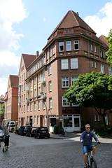 Fotos aus dem Hamburger Stadtteil Neustadt, Bezirk Hamburg Mitte; denkmalgeschütztes Wohnhaus im Herrengraben / Martin Luther Straße - errichtet 1914.