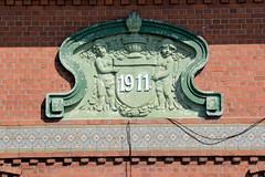 Fotos aus dem Hamburger Stadtteil Ochensenwerder, Bezirk Bergedorf. Hausfassade mit Puttenrelief und Jahreszahl / Baujahr 1911,