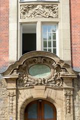 Fotos aus dem Hamburger Stadtteil Neustadt, Bezirk Hamburg Mitte. Eingangsdekor  Feuerwache Innenstadt an der Admiralitätsstraße - das Feuerwehrgebäude wurde 1909 errichtet - Architekt Albert Erbe; das Gebäude steht unter Denkmalschutz.