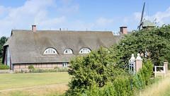 Fotos aus dem Hamburger Stadtteil Reitbrook, Bezirk Bergedorf. Wohnwirtschaftsgebäude mit Fachwerk und Reetdach - re. die Reitbrooker Mühle.