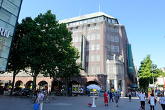 Fotos aus der Hamburger Innenstadt, City; Stadtteil Altstadt - Bezirk Mitte. Blick zum Klöpperhaus in der Mönckebergstraße, errichtet1913 - Architekt Fritz Höger.