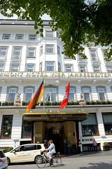 Fotos aus den Hamburger Stadtteilen und Bezirken - Bilder aus Hamburg  Neustadt, Bezirk Hamburg Mitte.  Eingang vom Hotel Vier Jahreszeiten am Neuen Jungfernstieg.