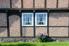 Neuengamme  ist ein Hamburger Stadtteil im Elbmarsch-Gebiet der Vierlande im Bezirk Bergedorf. Alte Kate - Fachwerkgebäude mit Reetdach am Neuengammer Hausdeich; das 1636 errichtete Wohnhaus steht unter Denkmalschutz.