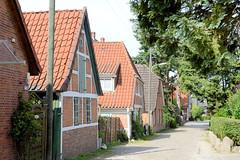 Neuengamme  ist ein Hamburger Stadtteil im Elbmarsch-Gebiet der Vierlande im Bezirk Bergedorf. Wohnhäuser in der Straße Achter de Wisch.