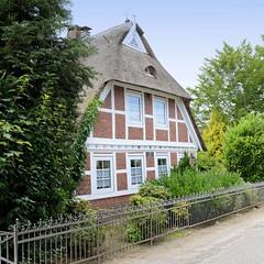 Curslack ist ein Stadtteil  im Bezirk Hamburg Bergedorf. Curslack ist einer der vier Stadtteile, die zusammen die Hamburger Vierlande bilden. Wohnhaus mit Reetdach und Fachwerk - Eisenzaun als Einfriedung - historisches Gebäude am Curlacker Deich, er