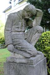 Fotos aus dem Hamburger Stadtteil   Allermöhe, Bezirk Hamburg Bergedorf. Kriegerdenkmal an der Dreieinigkeitskirche, aufgestellt 1921.
