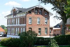 Fotos aus dem Hamburger Stadtteil Ochensenwerder, Bezirk Bergedorf. Ehemaliges Schulgebäude am Ochsenwerder Elbdeich  - Schule Hohedeich, erbaut 1882 / jetzt Wohngebäude.