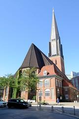 Fotos aus der Hamburger Innenstadt, City; Stadtteil Altstadt - Bezirk Mitte. Sankt Jacobikirche - Blick vom Jacobikirchhof.