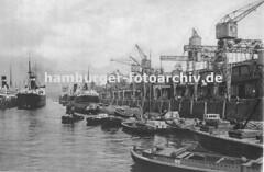 Historische Hafen-Fotografien aus Hamburg  - Schuten und Frachtschiffe im Indiahafen.