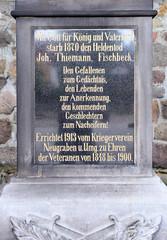 Fotos aus dem Hamburger Stadtteil Neugraben-Fischbek, Bezirk Hamburg Harburg. Denkmal an der Cuxhavener Straße - Inschrift: Mit Gott für König und Vaterland starb 1870 den Heldentod - Den Gefallenen zum Gedächnis, den Lebenden zur Anerkennung, den ko