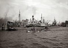 Frachtschiffe und Binnenschiffe an Dalben im Indiahafen - Blick zum Hansahöft / Hansahafen; ca. 1934.