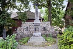 Fotos aus dem Hamburger Stadtteil Neugraben-Fischbek, Bezirk Hamburg Harburg; Kriegsdenkmäler in der Cuxhavener Straße.