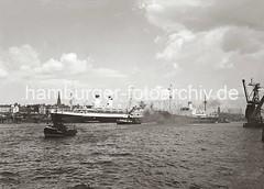 Schiffsverkehr auf der Elbe im Hamburger Hafen - Passagierdampfer MONTE PASCOAL; ca. 1936.